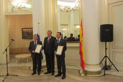 De izquierda a derecha: Víctor Pla, ex alcalde de La Sénia, embajador Alexánder Kuznetsov, alcade de Santa Cruz de la Zarza, Román MuñozFoto de Yolanda Delgado