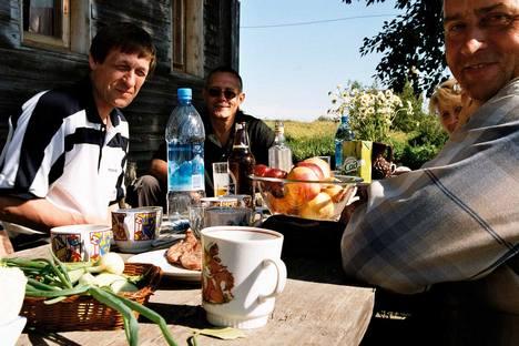 A los rusos le gusta cantar, sobre todo en torno a una buena mesa y en alegre compañía. Foto de ruskerealie.zcu.cz