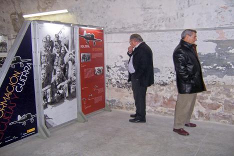 """La exposición """"Aviadores de la República"""" puede verse en el castillo de Montjuïc hasta el 21 de enero de 2012. Foto de Maite Montroi."""