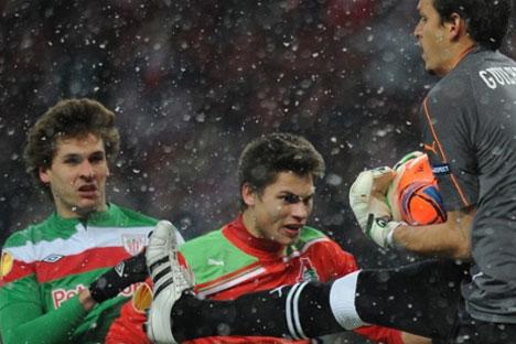 Gulherme, portero del Lokomotiv, atrapa un balón ante Llorente, estrella del Athletic, desaparecido en Luzhniki. Foto de UEFA.com