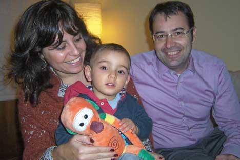 Anna y Jordi con su hijo Lluís Alexéi. Foto de Maite Montroi