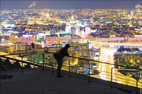 Una vista de la capital nocturna rusa desde arriba. Foto de Vitali Raskalov