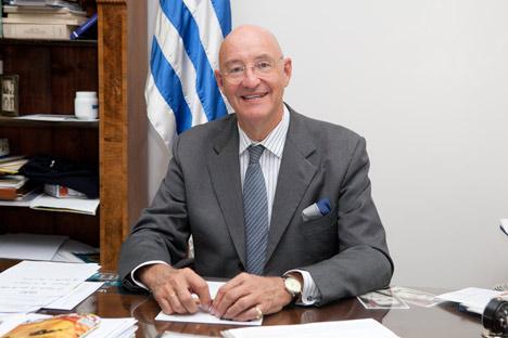 El Dr. Jorge Meyer Long, embajador del Uruguay en Rusia en su gabinete. Foto de Antón Chúrochkin.
