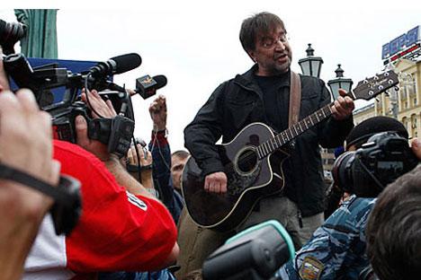 El rockero Yuri Shevchu en una manifestación multitudinaria en la plaza Pushkinskaya de Moscú, el día 22 de agosto de 2010.