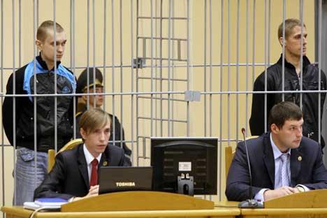 Vladislav Kovaliov y Dmitri Konoválov acusados del atentado en el metro de Minks en el juicio. Foto de Itar Tass.
