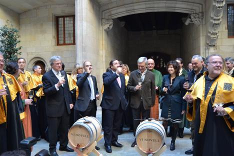 Fiesta del vino joven en el Palau de la Generalitat. El director general del Incavi es el segundo por la izquierda, bebiendo de la copa. DARP (Generalitat de Catalunya).