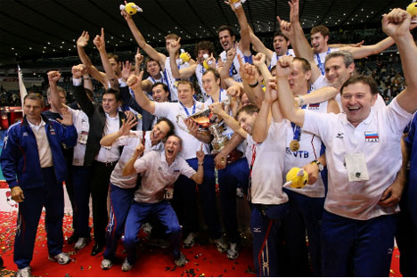 La selección rusa celebra durante el título de Copa del Mundo durante la entrega de medallas. (fivb.org)