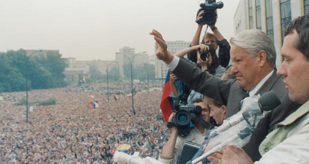 O primeiro presidente da Federação Russa, Boris Iéltsin, cumprimenta manifestantes em 20 de agosto de 1991. Foto: Reuters/Vostock