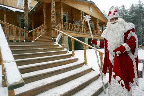 Ded Moroz na entrada de sua mansão de madeira/Foto: Photoxpress