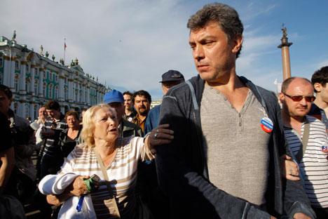 Um dos líderes da oposição, Nemtsov autografa seu livro/Foto: AP