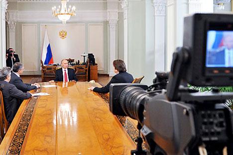 Vladimir Putin es entrevistado por los directores de la cadena estatal rusa de televisión. Fuente AFP, Noticias del Este