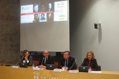 Acto inaugural de las jornadas de la Universidad Pompeu Fabra, presidido por el embajador ruso Alexánder Kuznetsov (segundo por la derecha)
