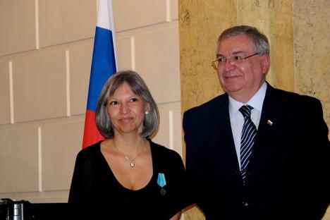 Selma Ancira con el embajador de Rusia en México, Sr. Valeri Morózov, tras la entrega de la medalla Pushkin. Foto gentileza de Selma Ancira.
