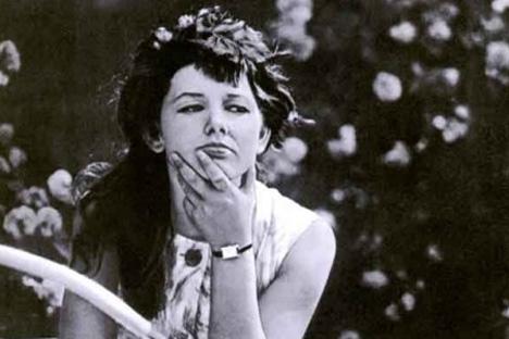 Imagen de la época soviética de una mujer pensativa