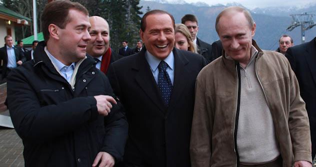 Il premier italiano Berlusconi tra il presidente russo Medvedev (a sinistra) e il premier russo Putin . Foto di Reuters/Vostock-photo