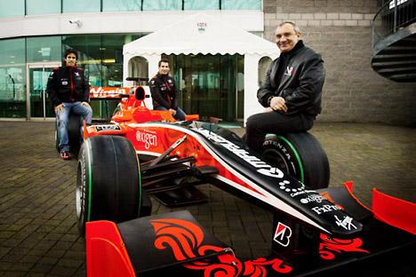 Da sinistra, l'italo-brasiliano Lucas Di Grassi e Timo Glock, piloti del team Marussia Virgin Racing di F1, e il russo Nikolai Formenko, presidente della Marussia Motors, dopo la firma per l'aquisto di una partecipazione nella scuderia Virgin (Foto: