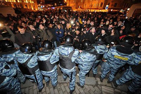 Polizia schierata in assetto antisommossa durante una manifestazione a Mosca (Foto: Afp)