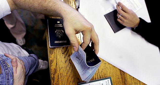 La legislazione russa sull'immigrazione contiene ancora diversi fattori che impediscono ai cittadini stranieri di istituire facili relazioni di lavoro con le compagnie russe (Vignette: Niyaz Karim)