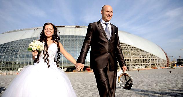 Alija Bulavskaja e suo marito Sergej nel giorno delle loro nozze, celebrate all'interno di uno degli stadi olimpici più grande di Sochi (Foto: Mikhail Mordasov)