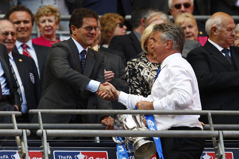 Correva l'anno 2009 e Fabio Capello stringeva la mano a Guus Hiddink (Foto: Reuters/Vostock-photo)