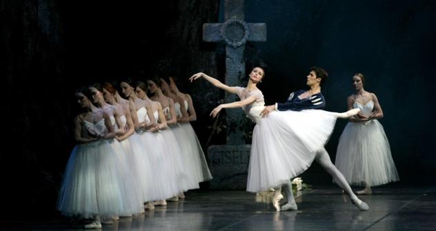 """Svetlana Zakharova e Roberto Bolle nel balletto """"Giselle"""" al Teatro alla Scala (Foto Marco Brescia)"""