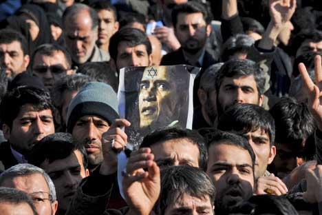 Cerimonia funebre a Natanz, in Iran, per la morte del  direttore di un impianto per l'arricchimento dell'uranio, ucciso da una bomba (Foto: AP)