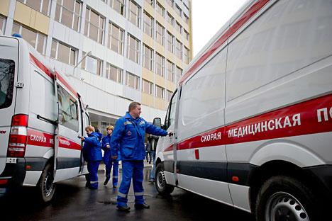 Le ambulanze sono tenute a fermarsi e dare la precedenza quando viene interrotta la circolazione del traffico per lasciare passare le macchine ufficiali (Foto di RIA Novosti)