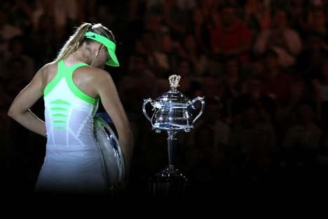 Maria Sharapova sconsolata durante la cerimonia di premiazione (Foto: Australian Open.com)