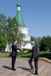Dmitri Medvedev accoglie gli inviati dell'Ue. Foto: AP