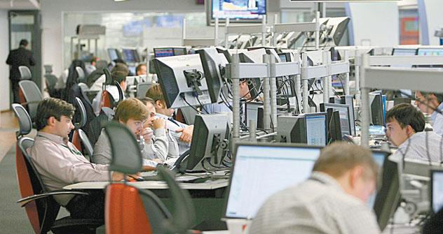 Broker finanziari al lavoro alla Borsa di Mosca. Foto: Afp/Eastnews