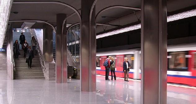 Warsaw Metro, stazione Ratusz. Foto di Wikipedia