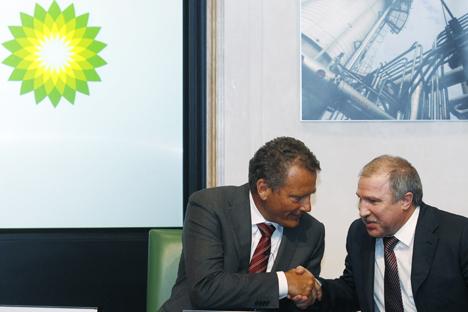 Carl-Henric Svanberg (a sinistra), presidente di BP, stringe la mano dell'omologo di Rosneft Eduard Khudainatov. Foto Reuters/Vostock Photo