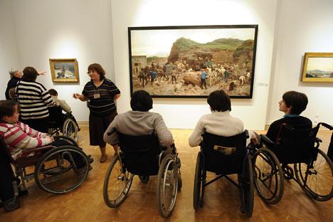Visitatori in sedia a rotelle al Museo di Stato di Russia durante la Giornata dei diversamente abili (Foto: Itar-Tass)