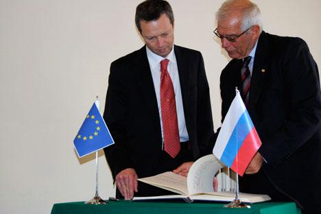Il viceministro per l'Educazione e le Scienze della Federazione Russa, Sergey Ivanets, e il presidente dell'Iue, Josep Borrell (Foto: Simona Pizzuti)