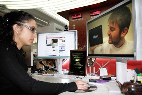 """Il dipartimento multimediale di Russia Oggi al lavoro sul corto """"Touch Russia"""". Sullo sfondo la targa del prestigioso riconoscimento (Foto: Russia Oggi)"""