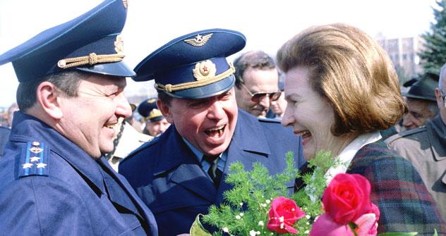 Valentina Tereshkova acclamata dalla folla nel giorno del suo 75esimo compleanno (foto: Itar Tass)