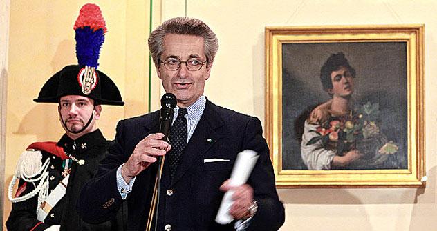 L`ambasciatore italiano a Mosca Antonio Zanardi Landi presenta la tela di Caravaggio alle sue spalle (Foto: Ria Novosti)