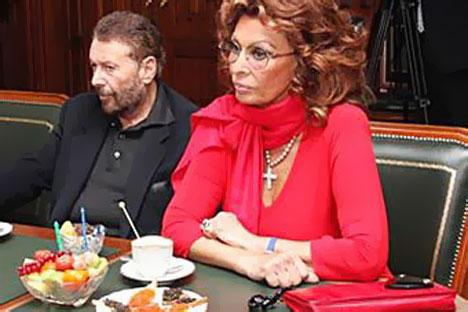 Sofia Loren con la borsa battuta all'asta (Foto: www.ako.ru)