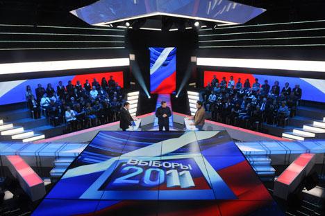 """Un esponente di Russia Unita Khinshtein, il presentatore televisivo Solovev e un membro di Giusta Causa Bogdanov durante la trasmissione """"Il duello"""" (Foto: Itar-Tass)"""