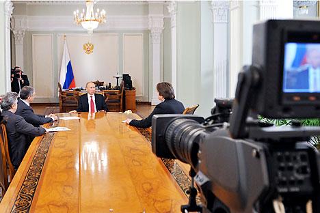Vladimir Putin durante un'intervista con il direttore del canale televisivo di Stato russo (Foto: Afp/East News)