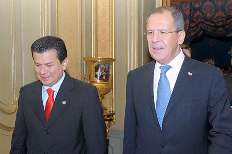 El canciller ruso Serguéi Lavrov con su homólogo salvadoreño Hugo Martínez durante su visita oficial a Moscú en octubre de 2010. Foto de RIA Novosti