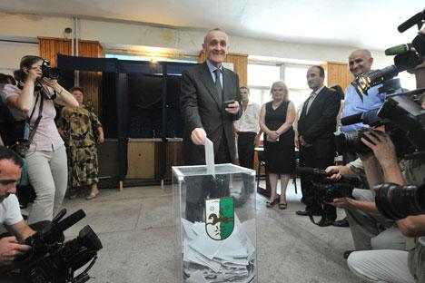 Il futuro presidente dell'Abkhazia Ankvab vota in una circoscrizione elettorale a Sukhumi. Foto: Itar-Tass