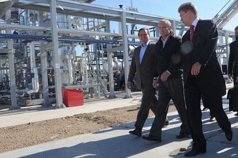 Il primo ministro della Federazione, Vladimir Putin, il presidente del consiglio d'amministrazione Gazprom, Aleksei Miller, e il presidente del  comitato degli azionisti dell'azienda Nord Stream, Gerhardt Schroeder, aprono il gasdotto Nord Stream. Fo