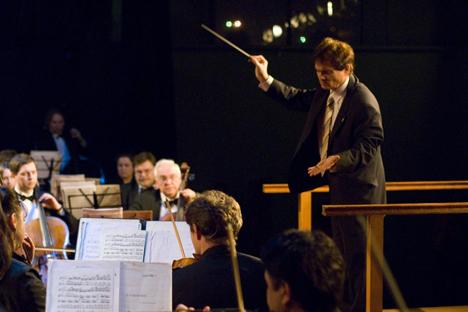 Jorge Uliarte está dirigiendo la Orquesta Sinfónoca de Moscú.  Foto cortesía de servicio de prensa de la Orquesta Sinfónica de Moscú