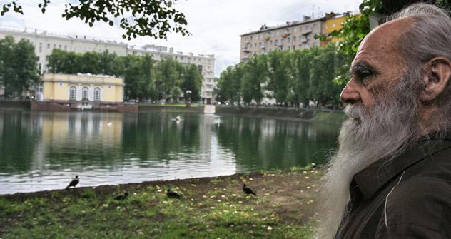 Ein Rentner an den Patriarchen-Teichen in Moskau. Foto: Kommersant