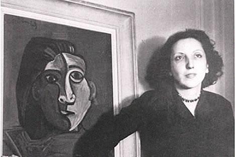 Susana Soca junto con su retrato pintado por Pablo Picasso. Foto divulgación