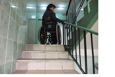 Liliana Fyodorova debe bajar una escalerahacia atrás para salir de su casa