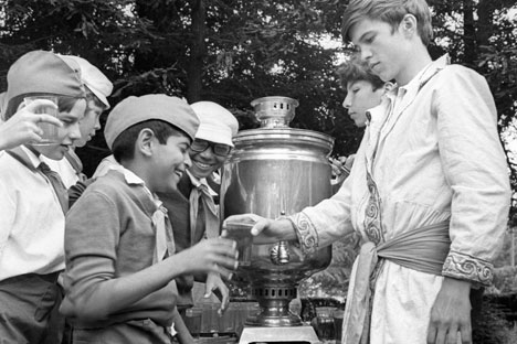 Indian kids drink tea from Russian samovar at a camp at Artekin Soviet Union in 1975. Source: RIA Novosti