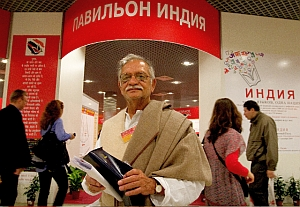 The writer Gulzar at the entrance of the Indian Pavilion during the Moscow international book fair
