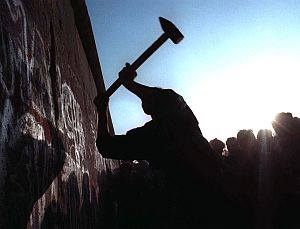 November 9, 1989: After the East Germangovernment's announcement that its citizenscould travely freely to the West, thousandswent to the site of the Berlin Wall to claim apiece of the historic relic